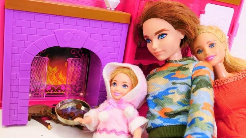 Barbie kız oyunları. Barbie ailesi. Ken ve Chelsea çiftlik evinde kestane yapıyor