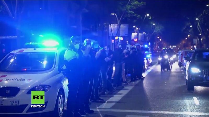 Barcelona Anwohner und Polizei applaudieren vor Klinik für Pfleger und Ärzte
