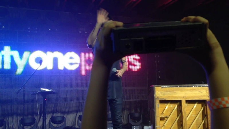 """Twenty One Pilots performs Car Radio and gets one from a fan! (As referred to in """"Levitate"""")"""