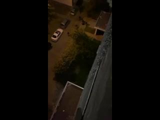 В Минске на ОМОНовцев из высотного дома скинули дверь, когда они избивали толпой молодого человека