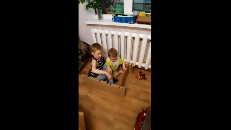 Ян_и_Мартин играют с коробкой