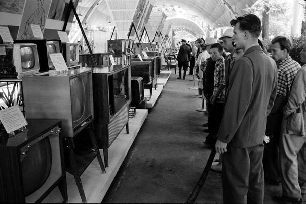 Советские граждане разглядывают американские телевизоры на выставке в Сокольниках (Москва, 1959 год
