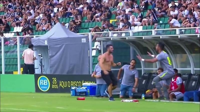 LAMENTÁVEL Jogador chuta cabeça do próprio goleiro em confusão Avaí x Figueirense