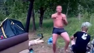 """Бухой мужик танцует под """"Ебанько - Руслан дрочил"""" :D"""