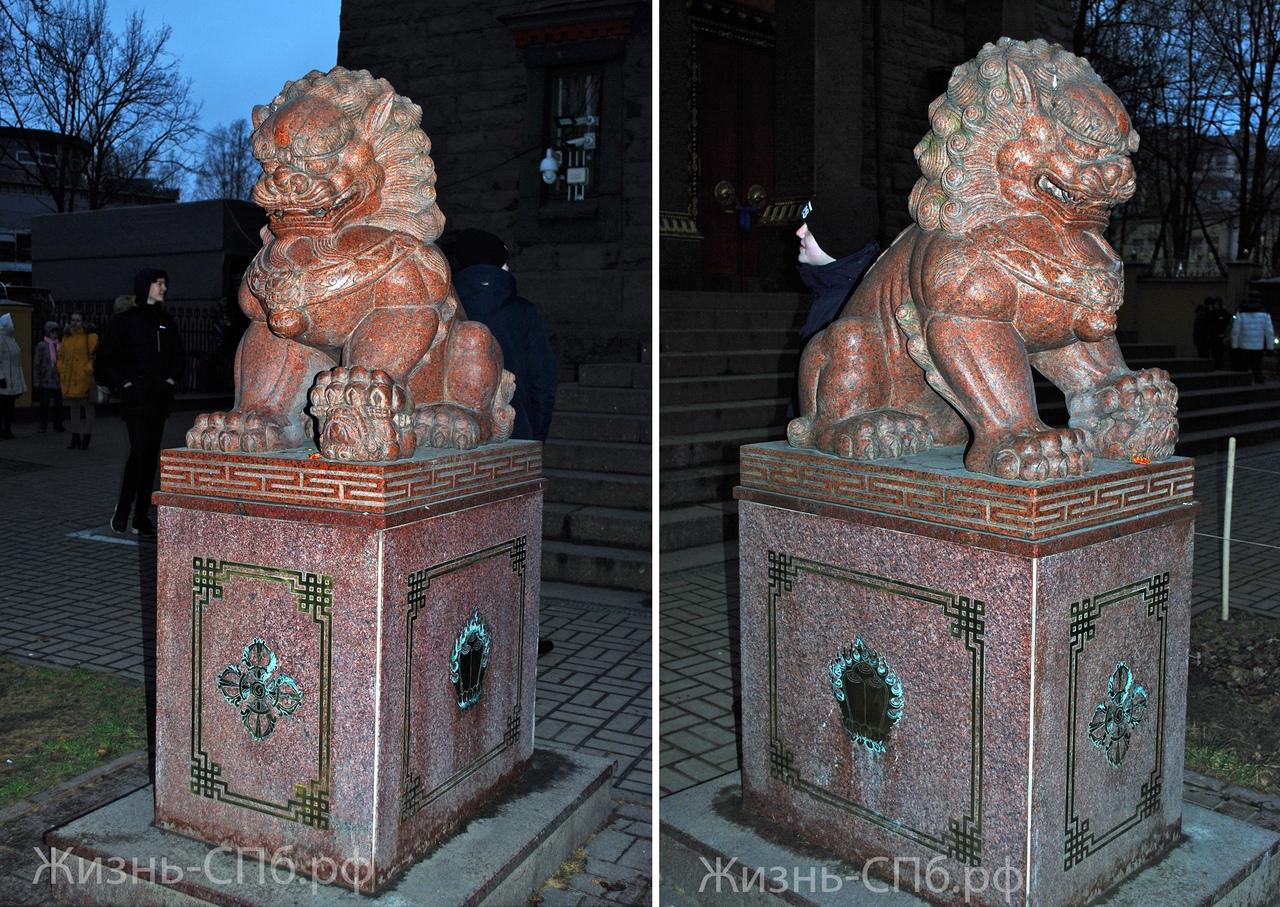 Дацан Гунзэчойнэй. Львы у входа в храм, которые символизируют женское и мужское начала