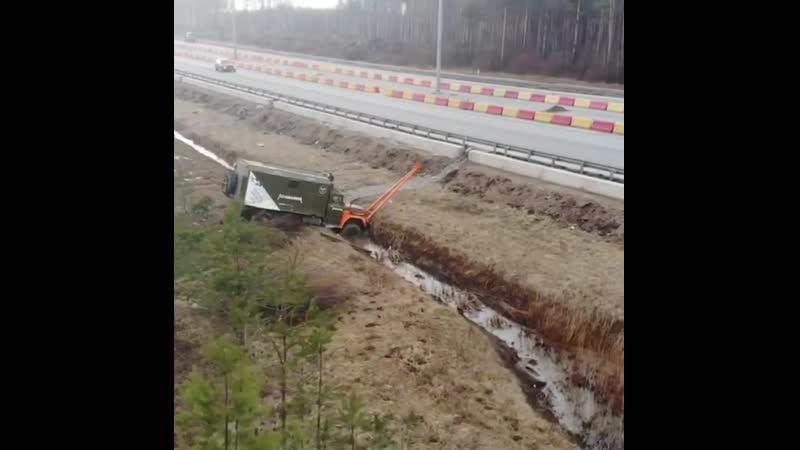 Ехали по трассе и улетели в кювет😜 все живы и здоровы😁 болотоход грузовики зил зил131 зил157 эвакуация оффроуд оффроад