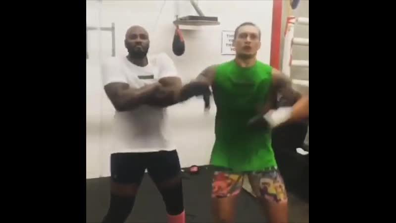 🎬Как Александр Усик со своим спарринг партнером Маликом Скоттом готовятся к дебюту в супертяжелом весе🥊☺