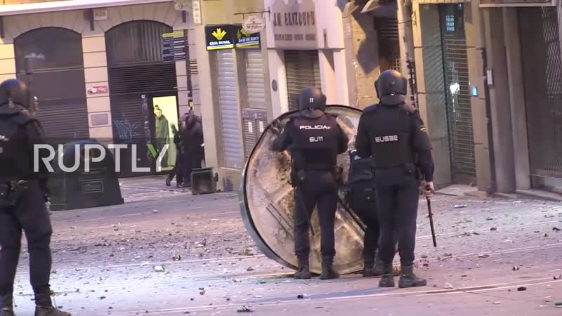 Spain Clashes erupt in Pamplona as protesters demand release of separatists 20 10 2019 720p