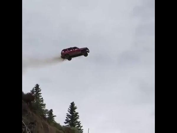 Необычный конкурс в США кто красивее запустит машину с обрыва