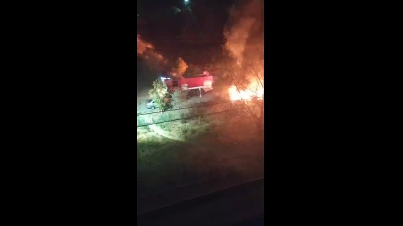 В Батайске на Воровского сгорела мусорка 2020 10 14