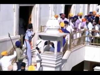 Схватка на мечах произошла между сикхами и служащими Золотого храма в Индии (новости)