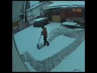 Мастер по чистке снега.