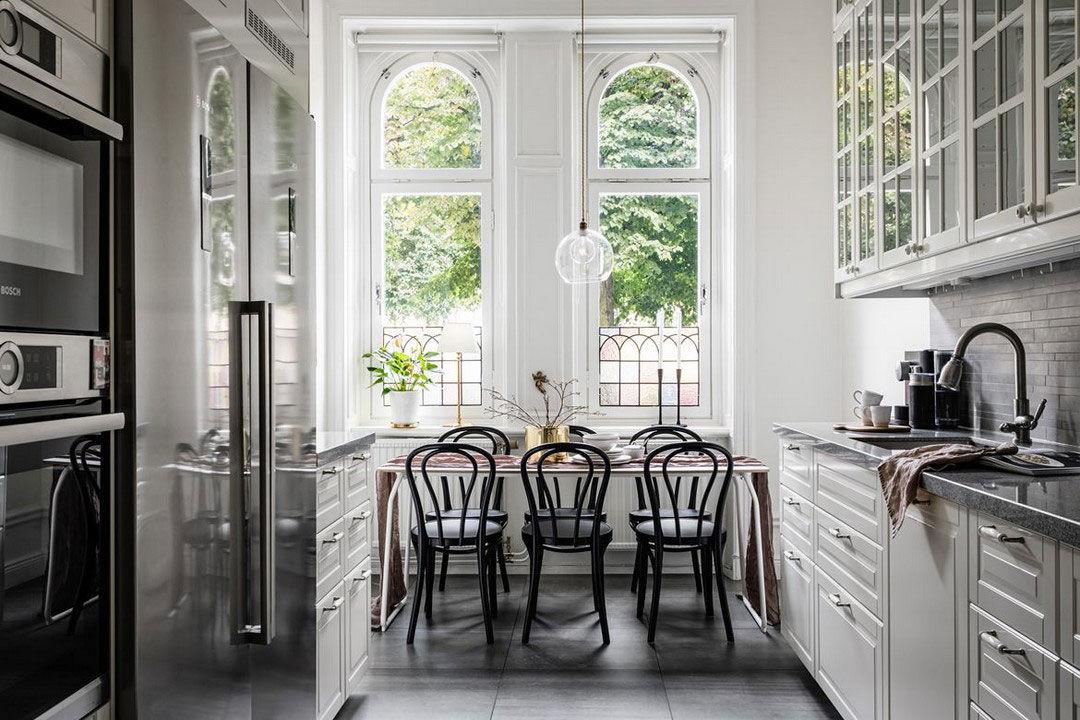 Старинная люстра, витражи и кухня с множеством шкафчиков: классика и скандинавский стиль в шведской квартиры