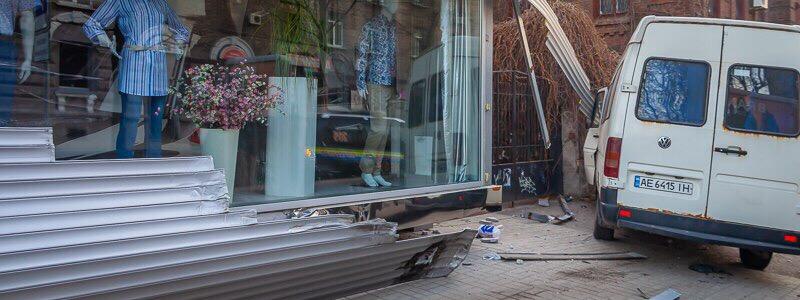 В центре Днепра маршрутка заехала на тротуар и сбила мужчину -