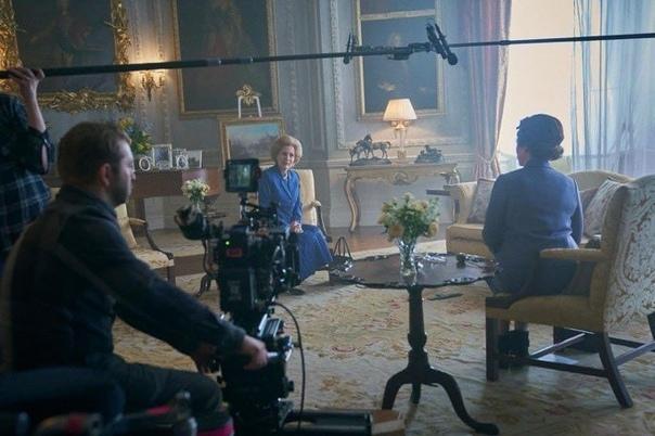 Джиллиан Андерсон и Оливия Колман на съёмочной площадке четвертого сезона «Короны»
