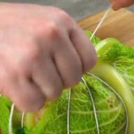 id_19021 Фаршированная капуста 🥬  Ингредиенты:  Небольшой кочан савойской капусты — 1 шт. Желтый сладкий перец — 0,5 шт. Красный сладкий перец — 0,5 шт. Морковь среднего размера — 1 шт. Средняя луковица — 1 шт. Чеснок — 2 зубчика Фарш — 30 г Петрушка — 5 ст. л. Тертый сыр — 100 г Яйца — 2 шт. Семена фенхеля — 1 ч. л. Соль — по вкусу Перец — по вкусу Бульон (говяжий или куриный) — 2 ст. л.  Дополнительно:  Кулинарная нить Круглая стеклянная миска (около 20 см в диаметре) Большая кастрюля (5 литров)  Автор: Вкусное Дело  #gif@bon