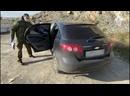 Следователи СК России осматривают оставленный на пляже автомобиль подозреваемого в двойном убийстве.mp4