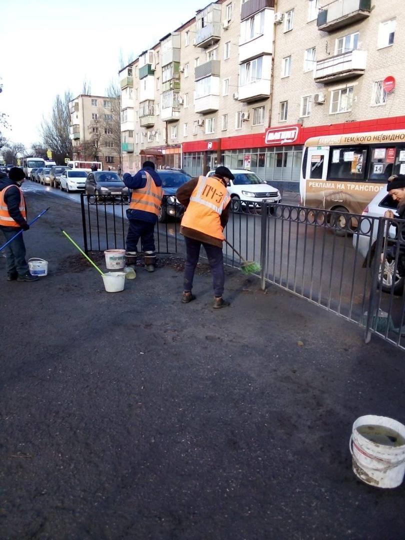 В Таганроге МКУ «Благоустройство» и подрядные организации проводят уборку городской территории