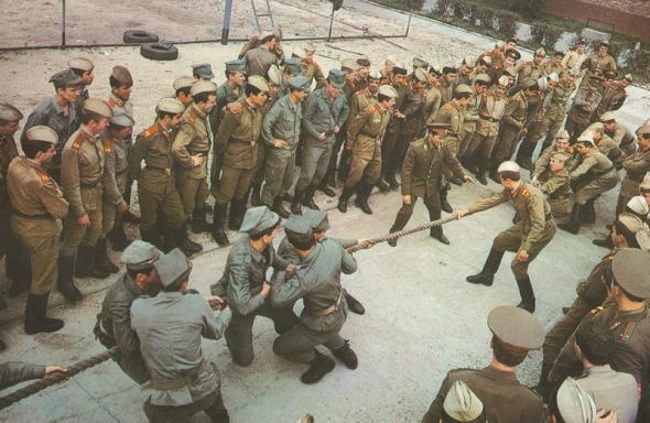 История, раскрывающая национальную черту характера русских В семидесятых годах было принято устраивать соревнования дружественных армий. Служил я тогда в артиллерии, и однажды довелось мне