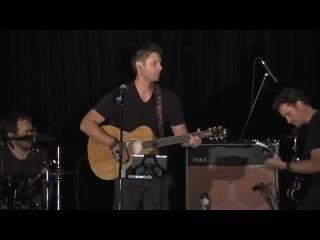Дженсен Эклз поёт на сцене (конференция в Ванкувере)