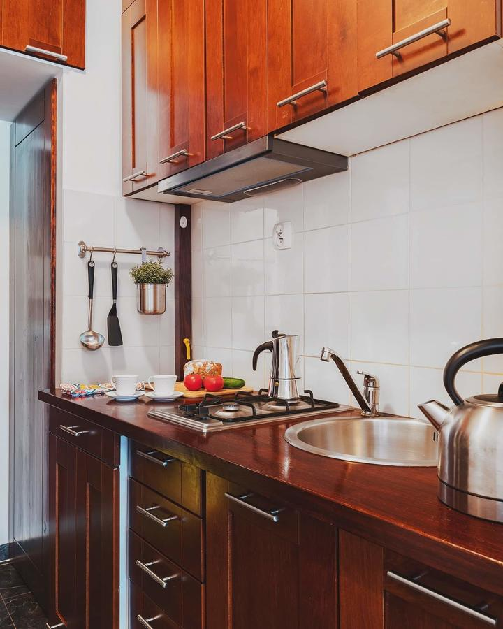 Как вам идея разместить кухню в прихожей?