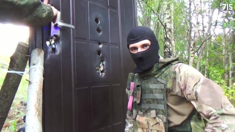 Несколько парней подглядывали друг за другом через дверь пока не пришёл садомаза в чёрной маске с длинным стволом 86 TEAM