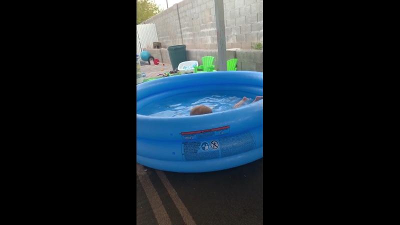 Аннабелла плавает