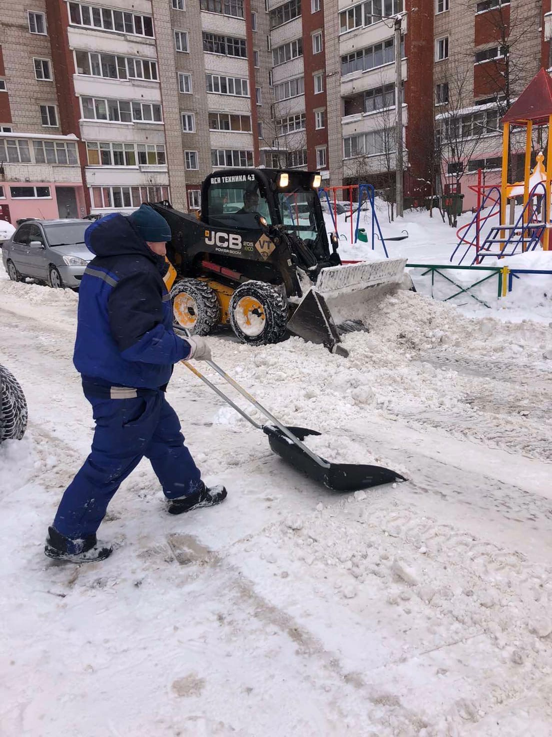 Улица Московская дом 101,103 уборка дворовой территории.