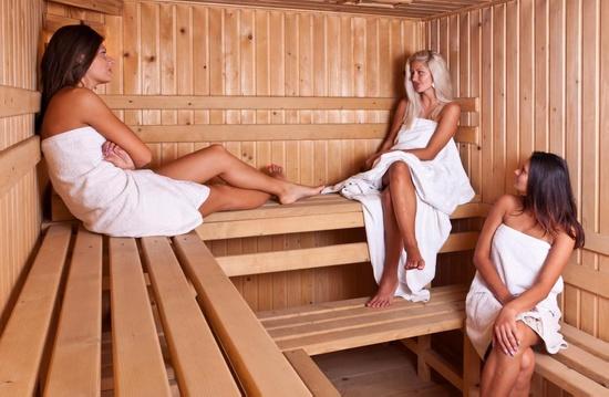 Женщины в сауне.