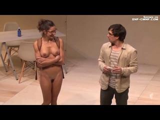 Голая на сцене, голая среди одетых, CMNF – актриса раздевается догола на сцене и отыгрывает ссору с одетым мужчиной