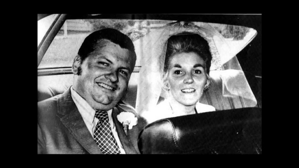 Но не все супруги маньяков мирились с их странностями Известный американский убийца-педофил Джон Уэйн Гейси был женат дважды, но оба раза жены уходили, забирая с собой детей. Первый брак Джона с