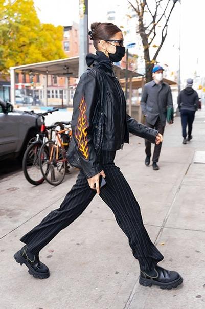 Уличный стиль знаменитости: Белла Хадид в косухе Harley Davidson и футболке с логотипом Playboy на прогулке в Нью-Йорке