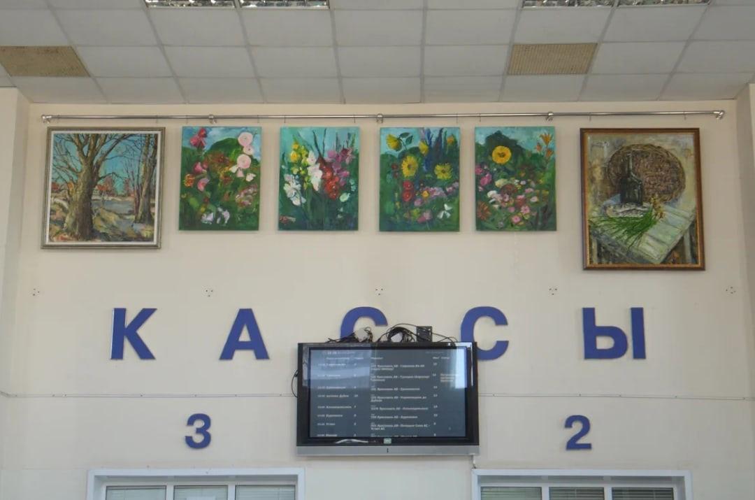 Стены ярославского автовокзала украсили картинами местных художников