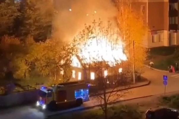 После пожара в заброшке в Выборге в больницу попал...