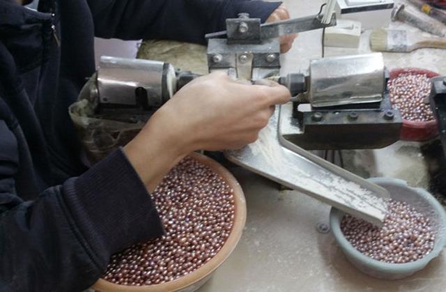 Как рождается ожерелье: жемчуг и его секреты, классификация жемчуга, виды жемчуга, сорта жемчуга, происхождение жемчуга, жемчуг Южных морей, неперламутровые виды жемчуга, обработка жемчуга, шлифовка жемчуга, полировка жемчуга, окрашивание жемчуга, дополнительная обработка жемчуга, как собрать ожерелье, длина ожерелья, уникальные жемчужины, самые известные жемчужины, самые большие жемчужины, самые дорогие жемчужины, самая необычная форма жемчуга, интересное про жемчуг, какой бывает натуральный жемчуг,