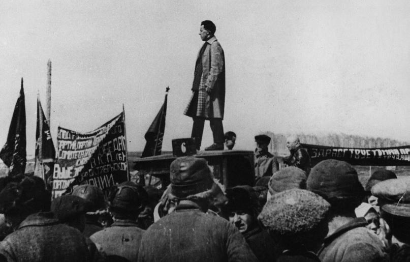 Митинг перед началом закладки фундамента новой домны будущего КМК., 01.05.1930 г.