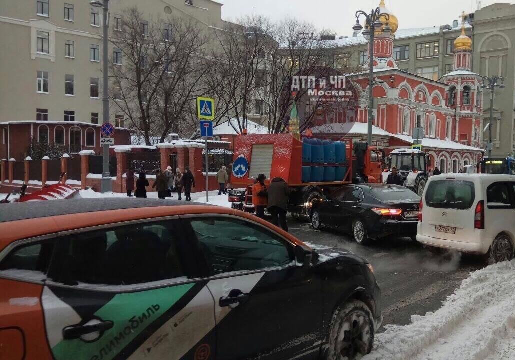 ДТП в Солянском проезде, заблокированы автобусы М7, М8, М27.