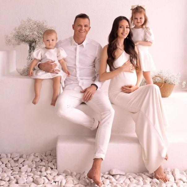 Стало известно, что Дмитрий Тарасов и Анастасия Костенко беременны новым третьм ребенком:
