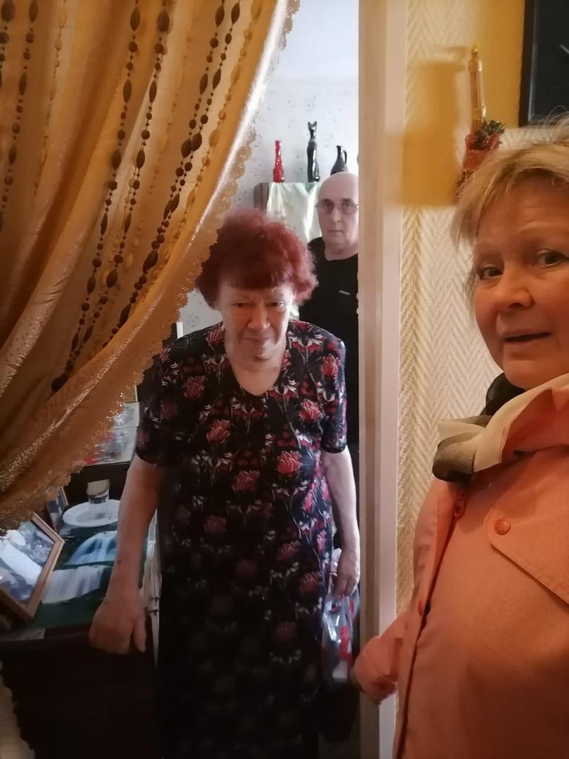 В гостях у Бобровой Л.И., с поздравлением в честь Дня пожилого человека, председатель совета ветеранов гп. Новоселье Вераника Низамова.