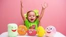 Даша открывает сюрпризы из шарикового пластилина с игрушками
