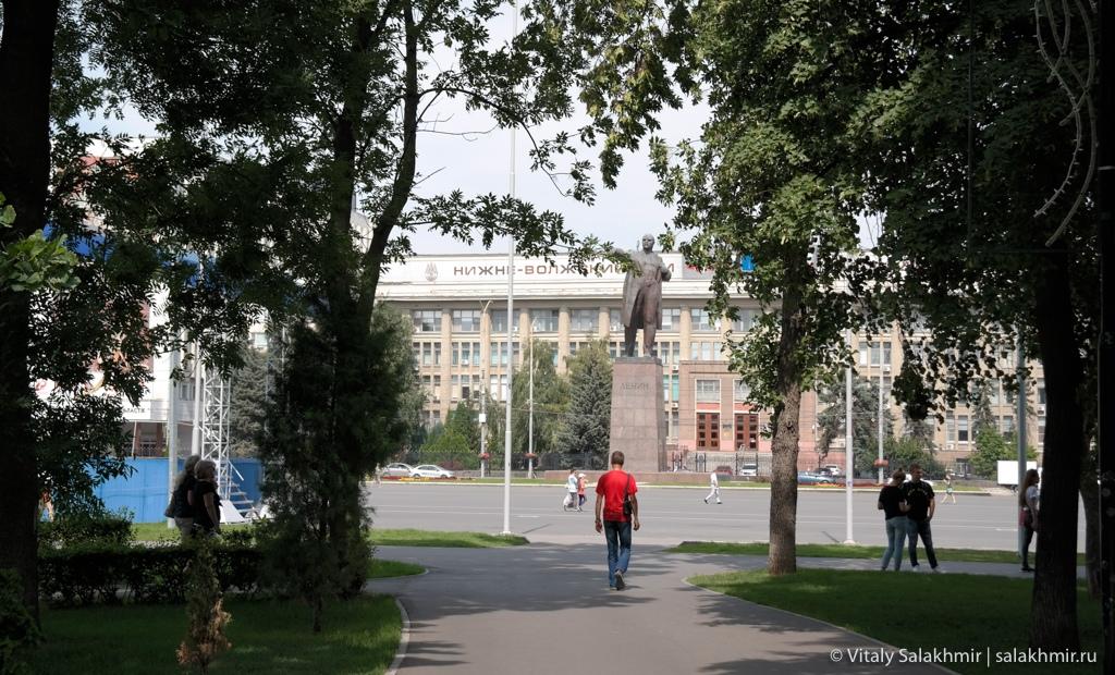 Сквер на театральной площади в Саратове 2020