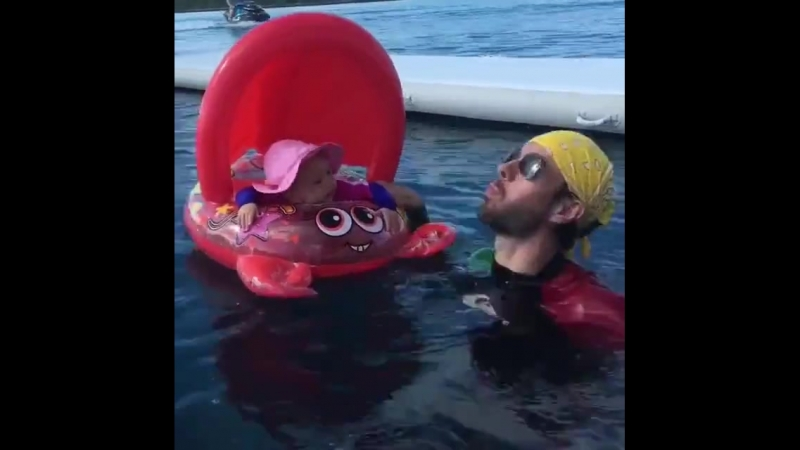 Энрике Иглесиас купается с малышкой Люси
