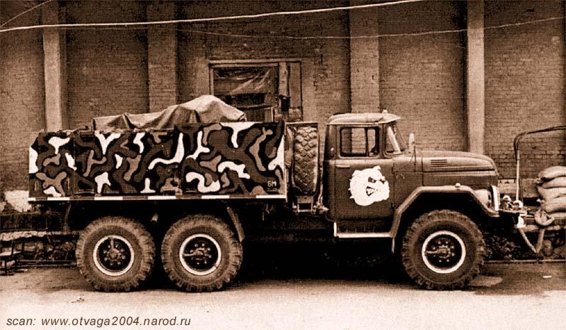 Боевая машина «Батяня» взвода огневой поддержки. Вид на правый борт, пулеметы КПВ накрыты брезентом, на запаске размещено сиденье пулеметчика, прикрывающего лобовую проекцию. Чечня, июль 2000 года
