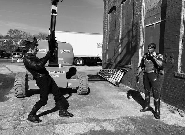 Себастьян Стэн поделился новым фото со съёмок сериала «Сокол и Зимний солдат»