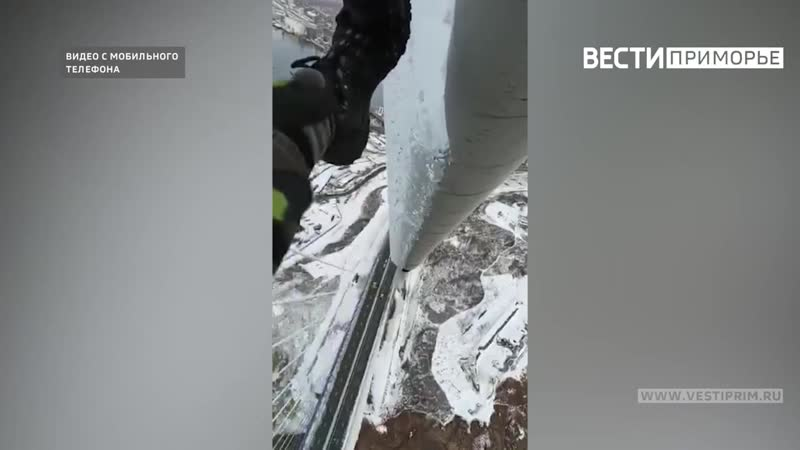 Видеографу из Владивостока удалось снять уникальное видео с альпинистом на вантах Русского моста