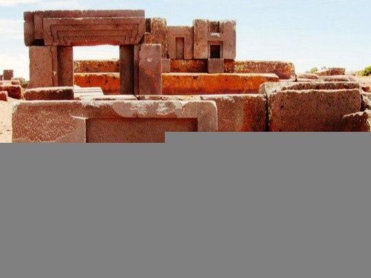 В 70 километрах к западу от Ла-Паса высоко в Андах на высоте 3600 метров над уровнем моря, находятся руины Пума-Пунку Эти мегалитические блоки причудливой формы одни из самых крупных на