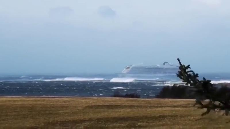 Видео с терпящего бедствие круизного лайнера Viking Sky в Норвегии